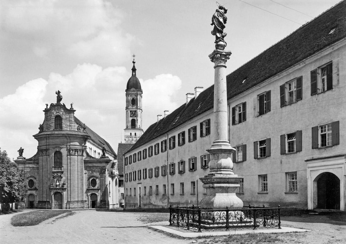 Foto aus dem Jahr 1930 mit Klosterkirche von Westen mit Mariensäule und Prälatur im Vordergrund