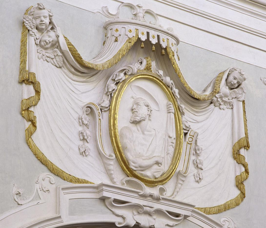 Relief des Apostels Bartholomäus an der Hauptschiff-Südwand der Klosterkirche Ochsenhausen; Foto: Staatliche Schlösser und Gärten Baden-Württemberg, Steffen Hauswirth