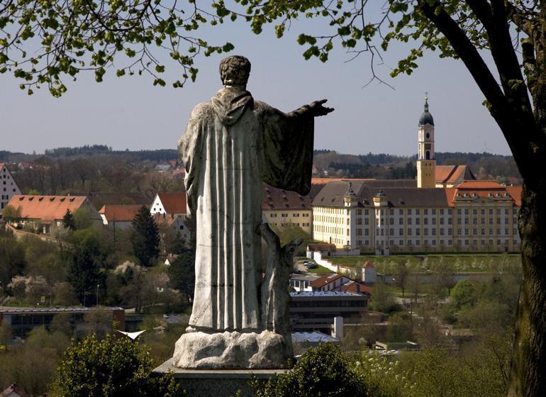 Kloster Ochsenhausen mit Statue im Vordergrund