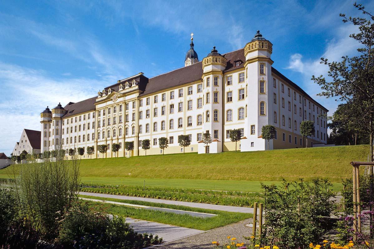 Außenansicht von Kloster Ochsenhausen; Foto: Oberschwaben Tourismus GmbH