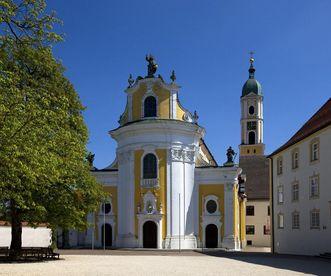Barocke Eingangsfront der Klosterkirche von Ochsenhausen