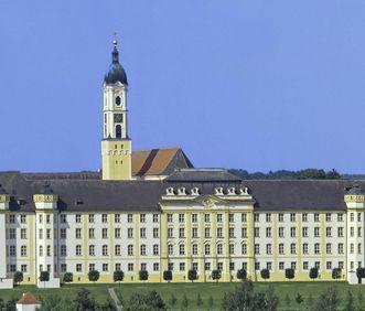 Ostflügel der Klosteranlage mit Turm der Klosterkirche St. Georg