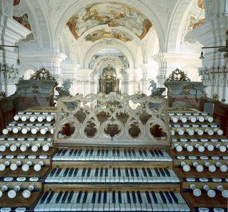 Blick über den Spieltisch der Gabler-Orgel in der Klosterkirche von Kloster Ochsenhausen