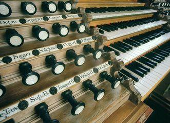 Detail der Orgel mit Registern und Manualen in der Klosterkirche von Kloster Ochsenhausen